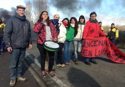 Cele Fierro junto a trabajadores en lucha. Trevelin, Chubut.